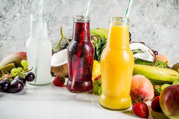 Différents jus de fruits et smoothies