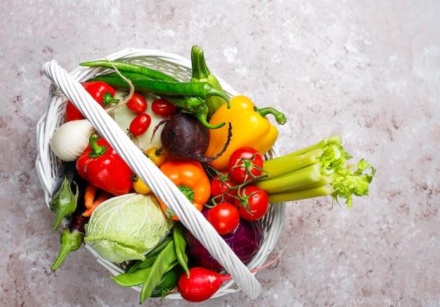 Différents légumes frais colorés sur une surface en béton