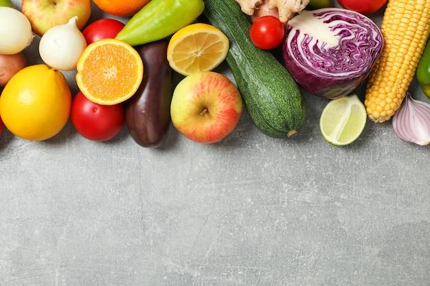 Différents légumes et fruits sur gris