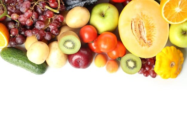 Différents légumes et fruits isolés sur fond blanc
