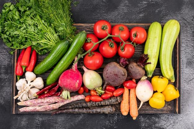 Différents légumes sur planche de bois