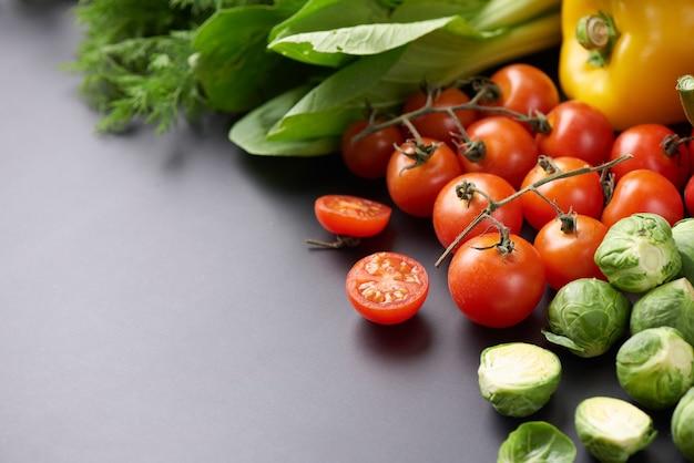 Différents légumes sur table. vue de dessus à plat.