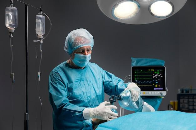 Différents médecins pratiquant une intervention chirurgicale