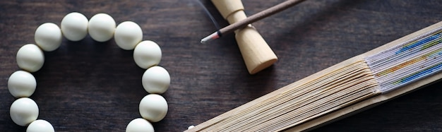 Différents objets avec oriental religieux traditionnel sur un fond en bois