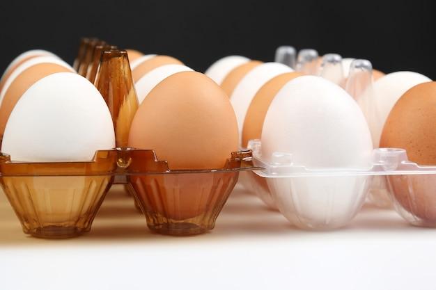 Différents œufs de poule dans une boîte