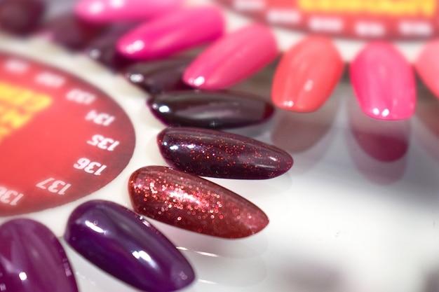 Différents ongles colorés polissent la palette de manucure