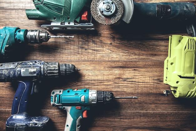 Différents outils sur le bureau en bois