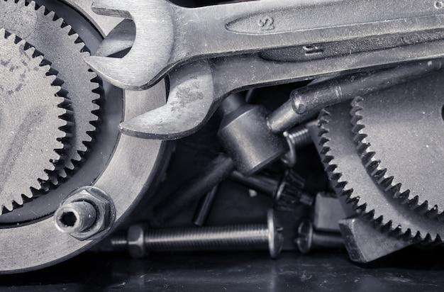 Différents outils, clé, roues dentées dans la boîte