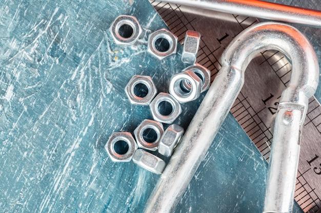 Différents outils de construction sur fond bleu