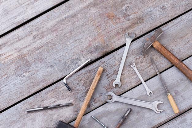 Différents outils de construction sur fond de bois