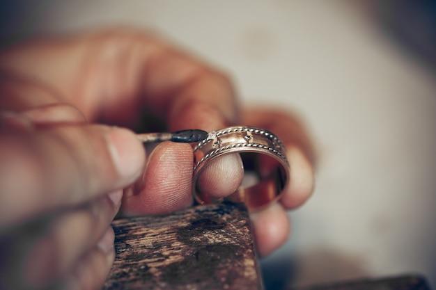 Différents outils d'orfèvres sur le lieu de travail des bijoux. bijoutier au travail dans les bijoux.
