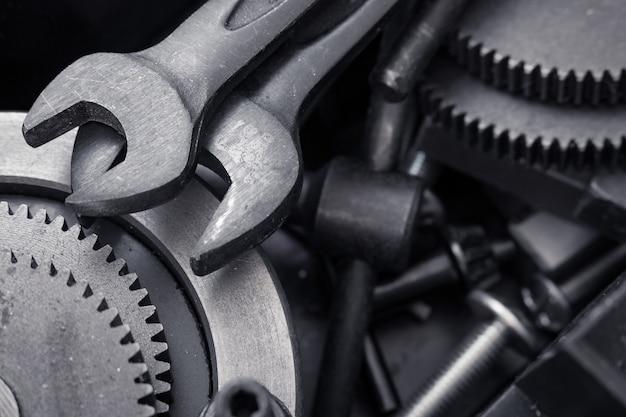 Différents outils, outil clé, roues dentées dans la boîte