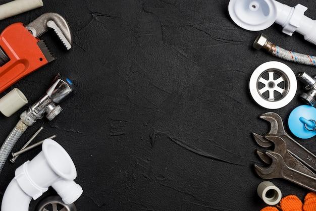 Différents outils et tuyaux pour la plomberie