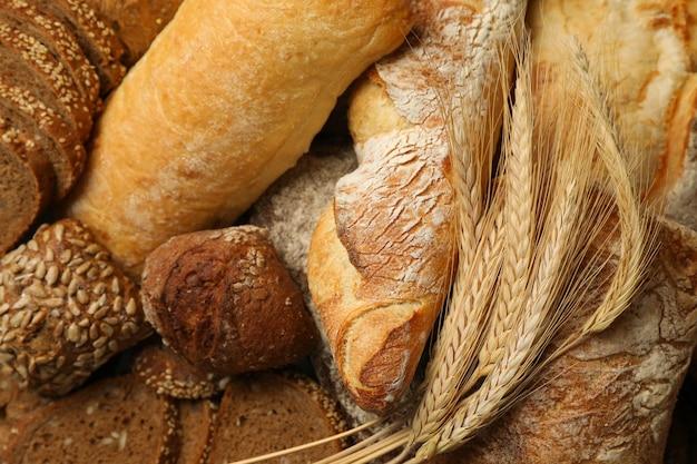 Différents pains et épillets sur fond entier, gros plan