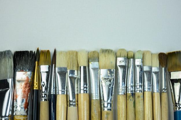 Différents pinceaux pour la peinture sont sur toile