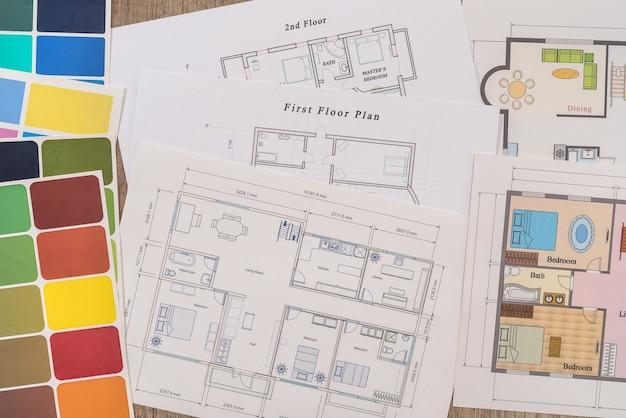 Différents plans de maison avec palette de couleurs sur table