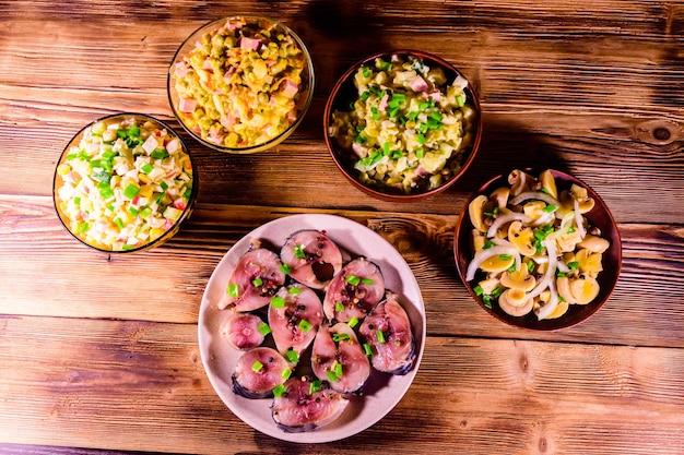 Différents plats de fête sur table en bois rustique. vue de dessus