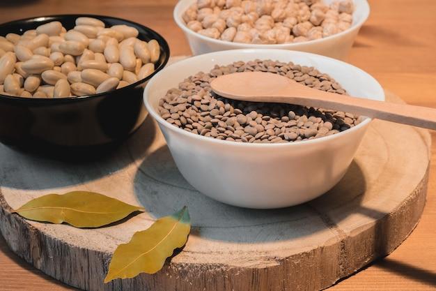 Différents plats de légumineuses, haricots, lentilles et pois chiches non cuits