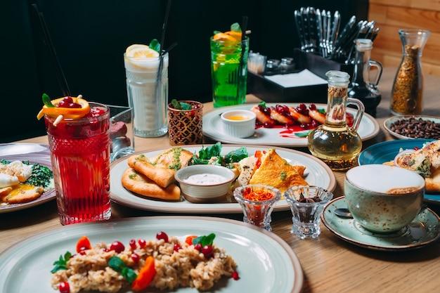 Différents plats de petit-déjeuner sont servis sur la table du restaurant.