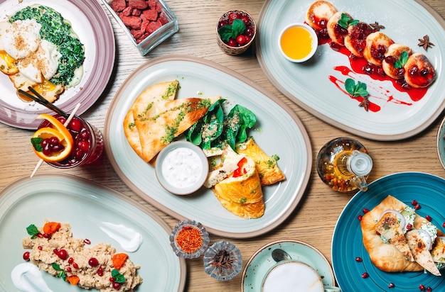 Différents Plats De Petit-déjeuner Sont Servis Sur La Table Du Restaurant. Photo Premium