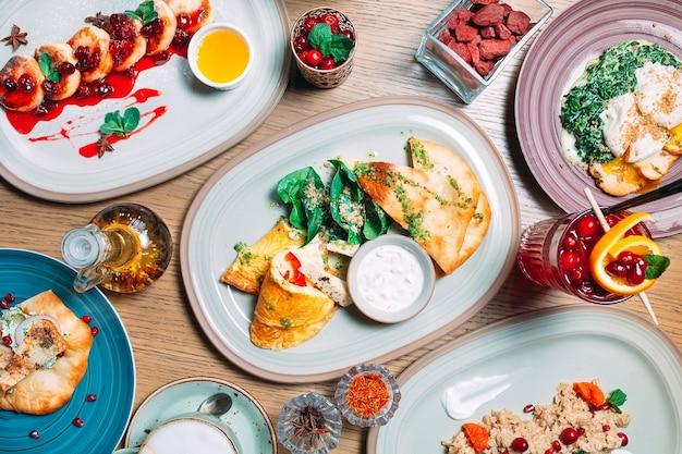 Différents Plats De Petit-déjeuner Sont Servis Sur La Table Du Restaurant Photo Premium