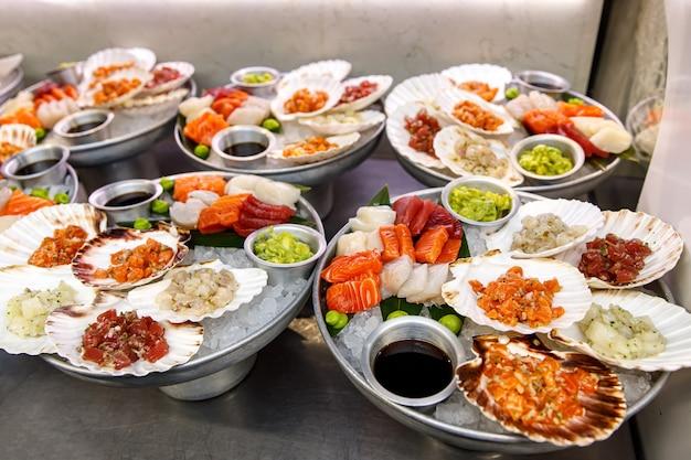 Différents plats de poisson cru, fruits de mer naturels