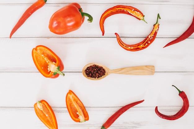 Différents poivrons et épices