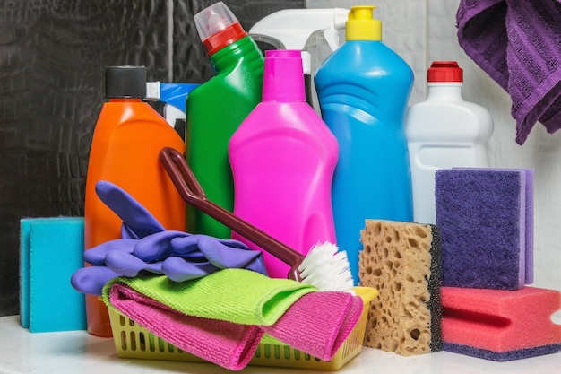 Différents produits et articles de nettoyage sur les toilettes et la salle de bain.