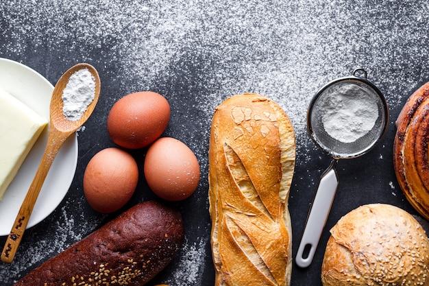 Différents produits de boulangerie frais et croquants et ingrédients de cuisson