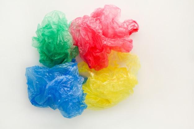 Différents sacs en plastique sur fond en bois.