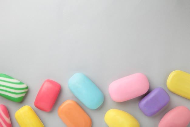 Différents savons dans différents porte-savons. beaucoup de savon solide pour l'hygiène et la propreté. du savon coloré et des restes sont dispersés. vue de dessus.