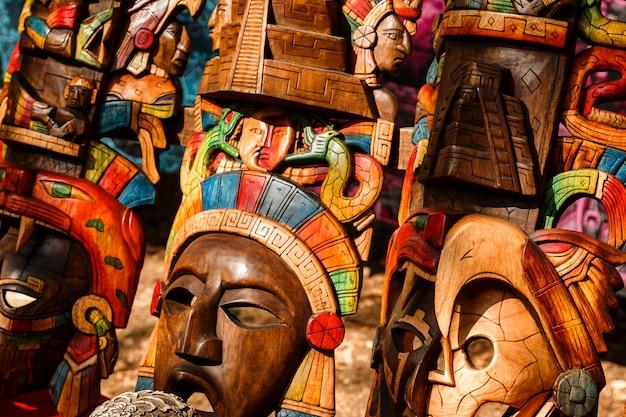 Différents souvenirs en bois sur le marché mexicain local