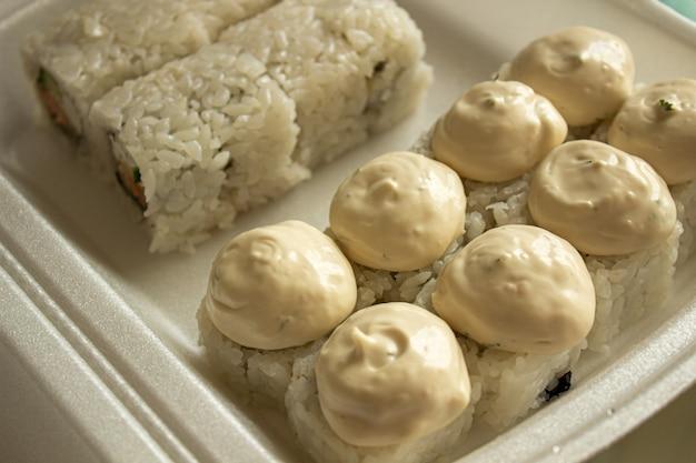 Différents sushis dans un emballage à emporter.