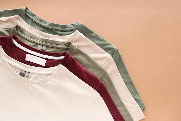 Différents t-shirts sur fond de couleur
