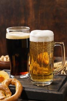 Différents types de bière fraîchement coulée - variété claire et foncée et collation.