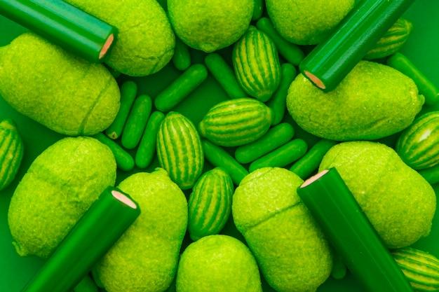 Différents types de bonbons verts sucrés