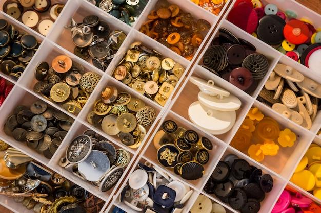 Différents types de boutons dans une boîte
