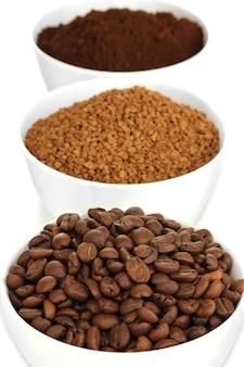 Différents types de café en trois tasses isolés sur blanc