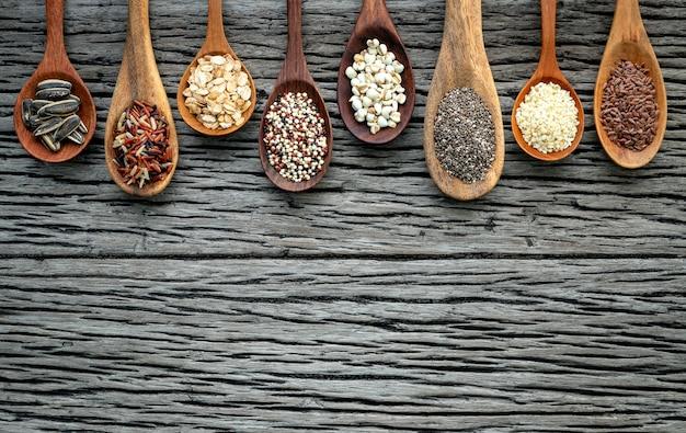 Différents types de céréales et de céréales sur un fond en bois minable