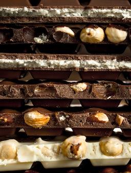 Différents types de chocolat aux amandes et aux noix différentes.