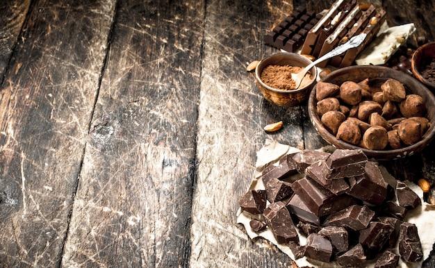 Différents types de chocolat, de cacao en poudre et de morceaux de chocolat noir