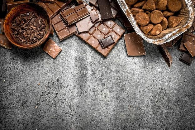 Différents types de chocolat dans des bols