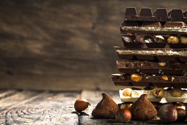 Différents types de chocolat. sur une table en bois.