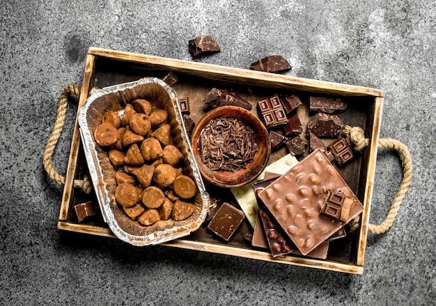 Différents types de chocolat, truffes et pépites de chocolat