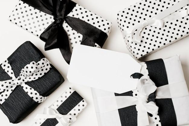 Différents types de coffrets cadeaux emballés dans du papier de design noir et blanc