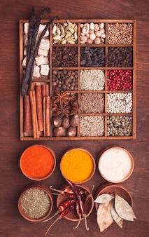 Différents types d'épices dans une boîte en bois