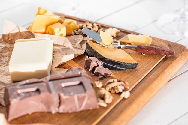Différents types de fromage et de noix sur bois