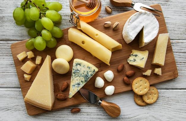Différents types de fromage sur une surface en bois blanche