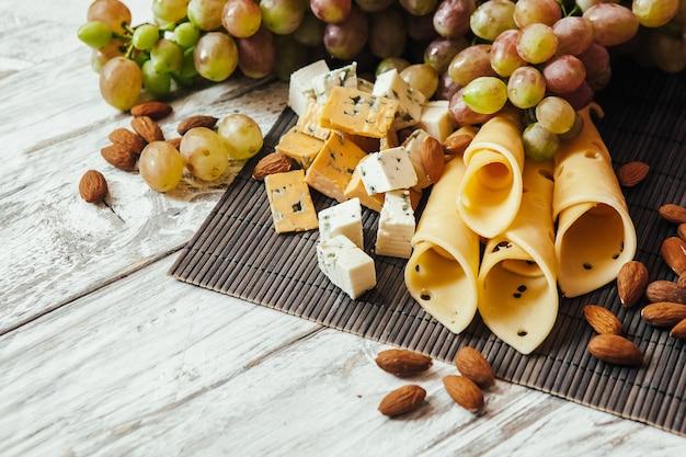 Différents types de fromages aux amandes et aux raisins