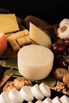 Différents types de fromages et d'ingrédients sur la table